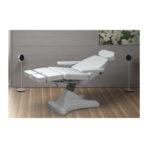 COSMODERM Divina 2K+ Soft behandelbank wit met afzonderlijk verstelbare beeneinden geplaatst in een schoonheidscabine